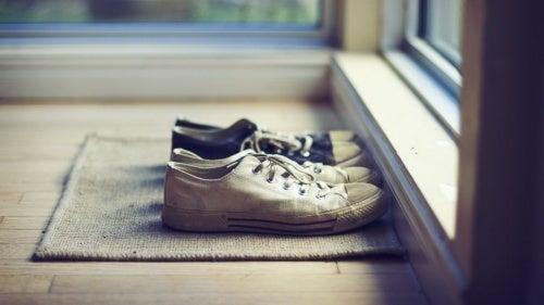 Tirar os sapatos antes de entrar em casa é um ótimo hábito