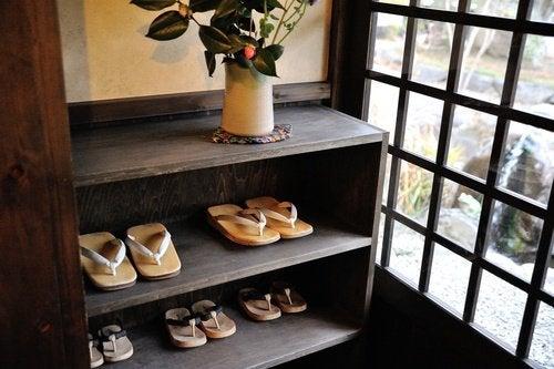 tirar_os_sapatos_deixar_na_entrada_de_casa