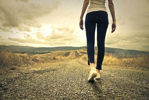 Mulher andando sozinha sem seu verdadeiro amor
