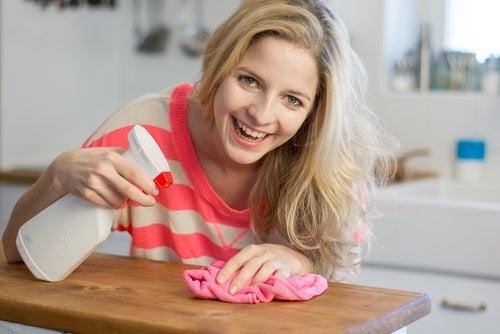 Mulher removendo o mofo com água oxigenada