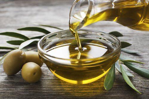 Azeite de oliva para cuidar dos cílios