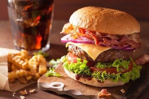 Comer-em-excesso-prejudica-saúde-cerebral