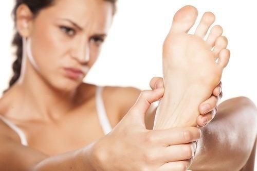 Mulher observando seu pé