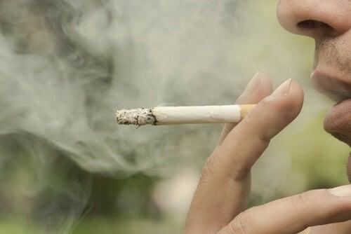 Pessoa tirando anos de vida por causa do fumo