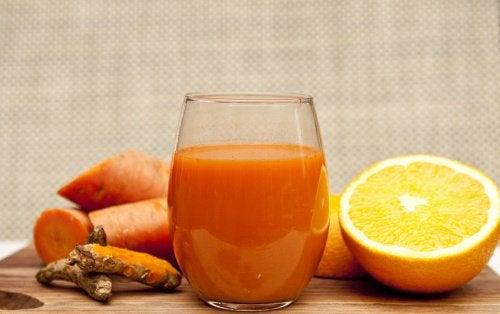Suco desintoxicante de laranja, cenoura e gengibre