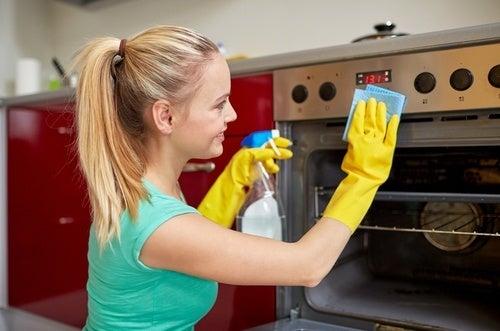 Mulher limpando o forno
