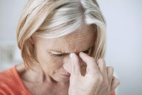 Mulher com dor de cabeça por causa da sinusite