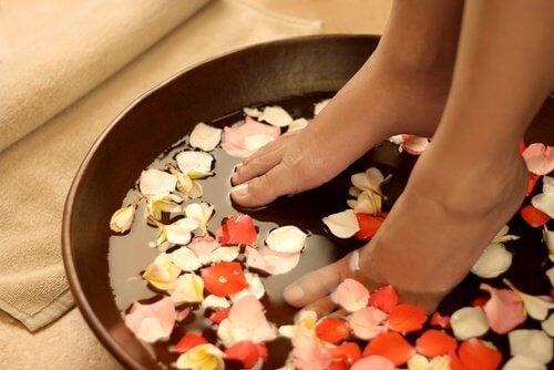 Benefícios de colocar os pés na água fria