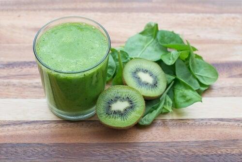 Suco de espinafre e kiwi contra a prisão de ventre