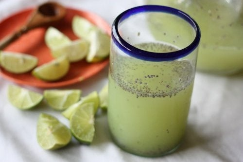 Água com limão e sementes de chia