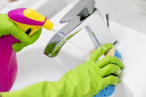 Limpar torneiras com água salina