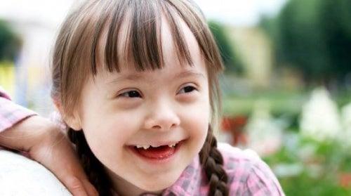 Criança com necessidades especiais que gosta de colorir mandalas
