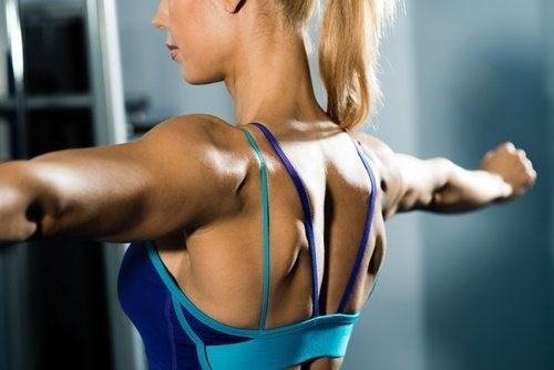 Mulher fazendo exercícios para a flacidez nos braços