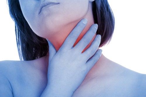 Água oxigenada para aliviar irritações na garganta