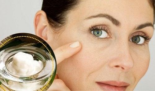 Limpe seu rosto dessa maneira todos os dias e vai notar como as manchas e rugas diminuem