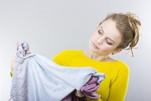Retirar manchas de óleo das roupas