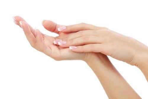Pasta de dentes para eliminar os maus odores nas mãos