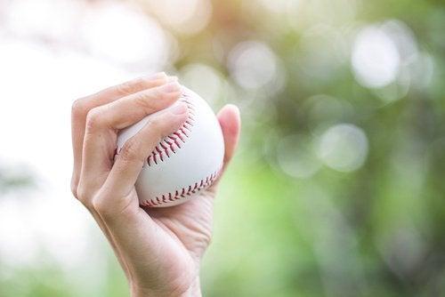 Mãos dormentes pegando bola de beiseball