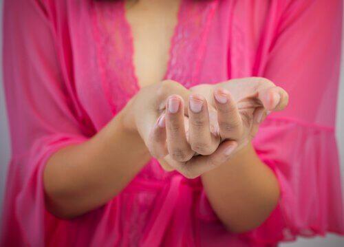 mulher apertando as mãos dormentes
