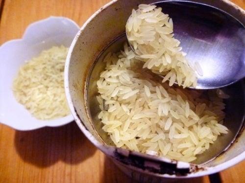 Limpar o moedor com arroz