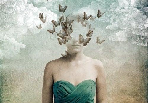 Mulher com borboletas representando a falsidade