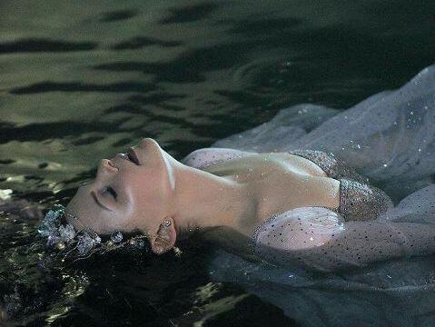 Mulher na água lidando com depressão