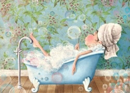 Mulher tomando um banho perfeito