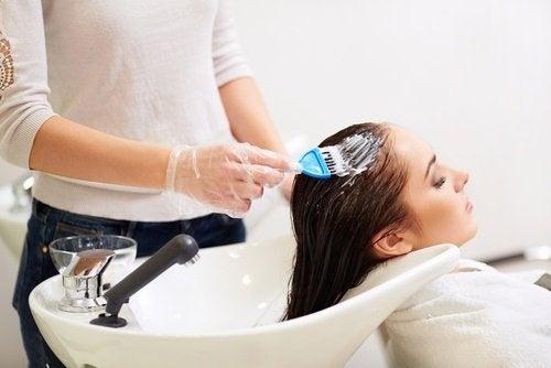 Pasta de dentes para  evitar as manchas de tinta de cabelo