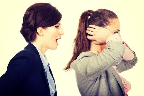mulher_gritando_colega_de_trabalho_manipuladores