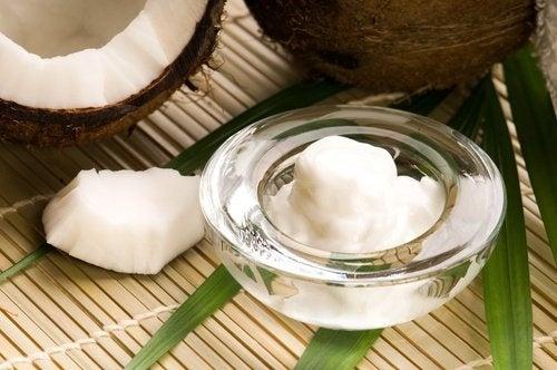 Óleo de coco para limpar a pele do rosto