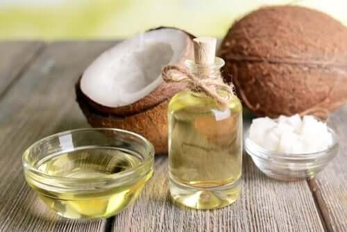 Os ácidos graxos do óleo de coco e seu alto teor de antioxidantes contribuem para hidratar as mãos ásperas.