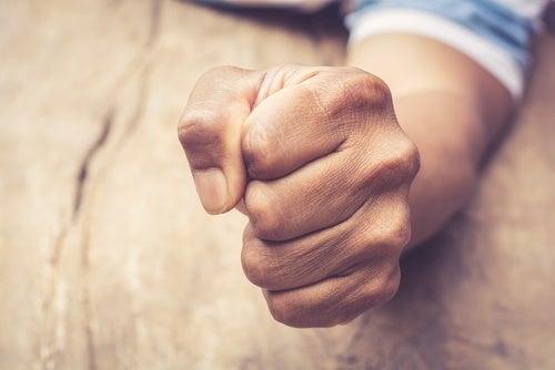 Mão representando a ira reprimida