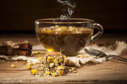 Chá de camomila para aliviar dor de joanetes