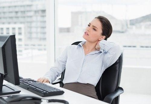 Mulher com torcicolo devido à ira reprimida