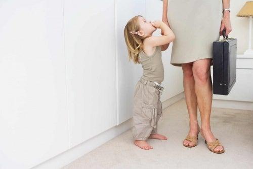 Mulher trabalhadora com filha
