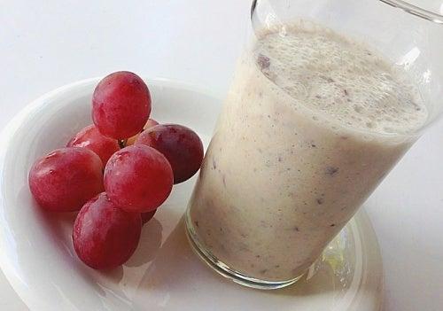 Vitamina de aveia e uvas