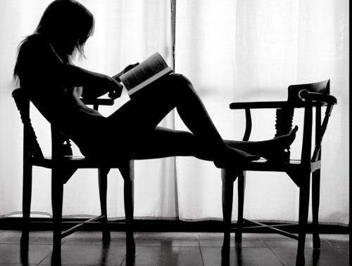 mulher-lendo-livro-sentada
