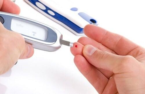 Medir a glicemia para verificar o estado e saúde