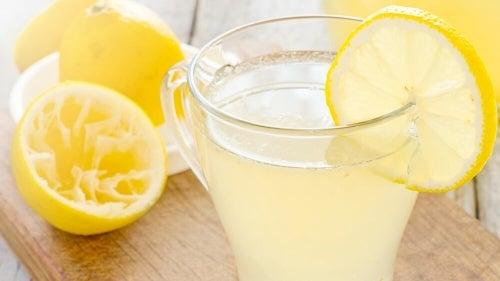9 motivos pelos quais deveríamos começar o dia tomando limonada