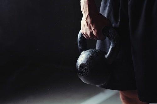 Praticar exercícios com halter para emagrecer