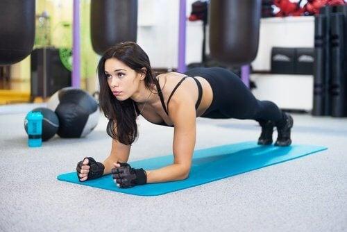 Mulher fazendo prancha para fortalecer abdominais