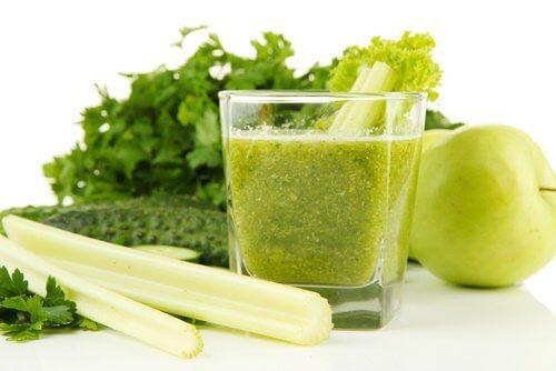 Suco de salsão e maçã verde para desintoxicar os rins