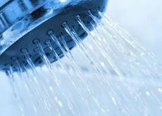 Tomar banho de água fria