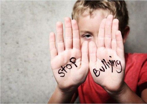 Criança pedindo para parar os abusos