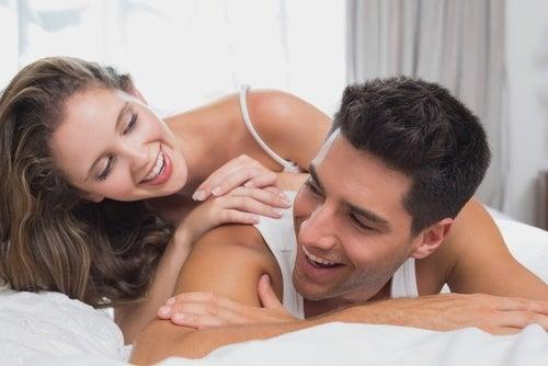 Casal feliz graças a uma vida sexual ativa