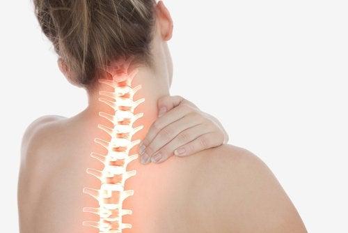 Mulher com dor na coluna cervical