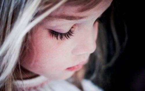 Criança triste por causa de uma ferida emocional
