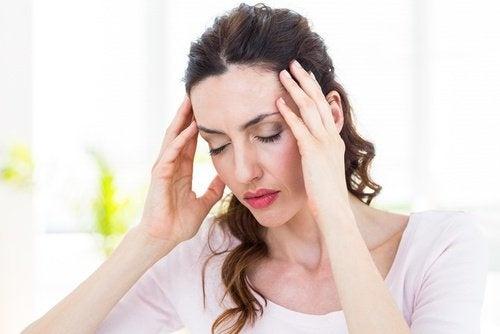Mulher com dor de cabeça por falta de sexo