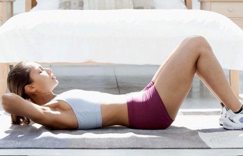 Mulher fazendo abdominais