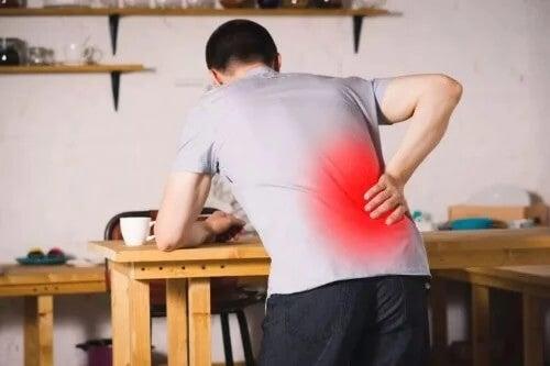 Você sofre de dores nas costas? Evite essas 8 coisas para aliviá-la